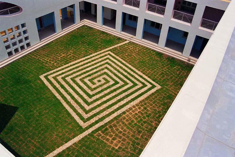 主要考虑幼儿园建筑与周围生态环境