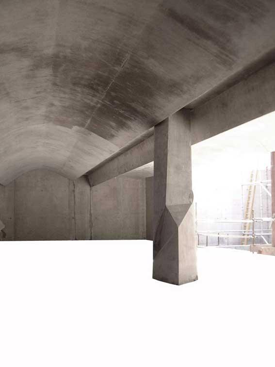 位於首層部分的預制混凝土柱子