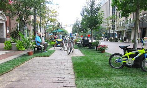 """创意设计の街道停车位被改变成""""微型公园""""和社区中心图片"""