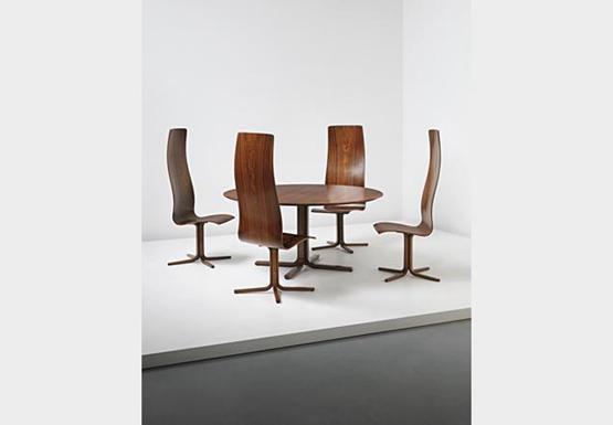 据报道,由一些世界最著名的建筑师设计的价值昂贵的物品,最近在伦敦被拍卖。 这些物品的创作者有勒-柯布西耶(Le Corbusier)、弗兰克-劳埃德-赖特(Frank Lloyd Wright)、奥斯卡-尼迈耶(Oscar Niemeyer)、瓦尔特-格罗皮乌斯(Walter Gropius)、弗兰克-盖里(Frank Gehry)、扎哈-哈迪德(Zaha Hadid)和阿尔瓦-阿尔托(Alvar Aalto)。 菲利普斯拍卖行(Phillips)委托纽约建筑师李-明德尔(Lee Mindel),组织一次